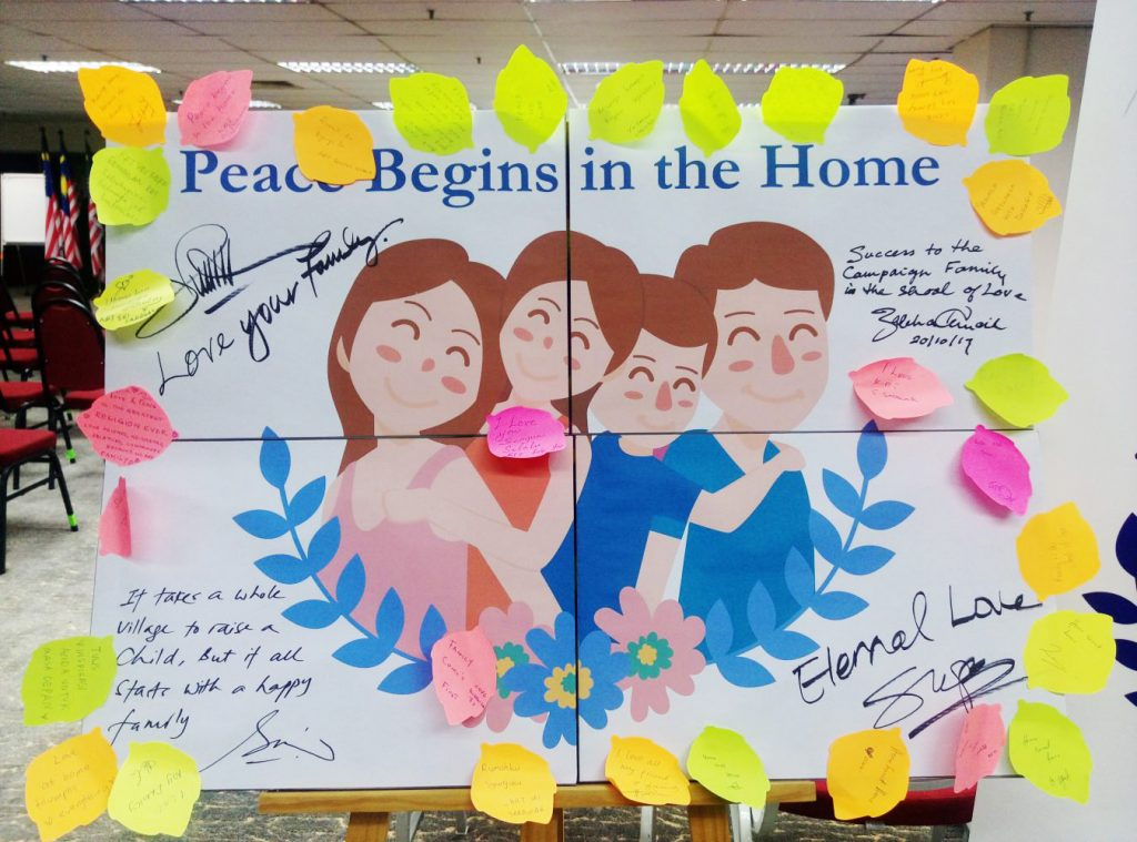The collage signed by the VIPs. While the sticky notes around the sides were written by attendees themselves.
